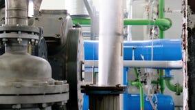 OMSK/RUSSIA - Oktober 28 2018 : Chaufferie de gaz pour la production de vapeur ? ombustor Brûleur à gaz de chaudière d'industrie  banque de vidéos