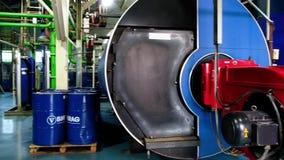 OMSK/RUSSIA - Oktober 28 2018: Sala de caldeira do gás para a produção do vapor Queimador de gás da caldeira da indústria Permuta video estoque