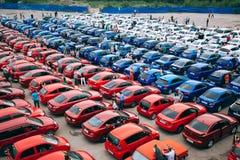 Omsk, Russie - 22 août 2014 : Drapeau de pays en des voitures Photo libre de droits