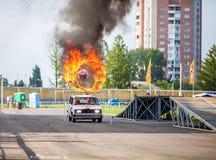 Omsk, Russie - 3 août 2013 : Rodéo automatique, cascades de voiture Image libre de droits