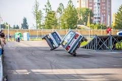 Omsk, Russie - 3 août 2013 : Rodéo automatique, cascades de voiture Images libres de droits