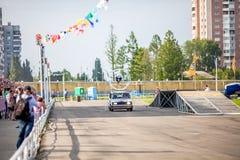 Omsk, Russie - 3 août 2013 : Rodéo automatique, cascades de voiture Photos stock