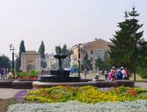 Omsk, Russie - 7 août 2010 : Rue de Tarskaya, vieille fontaine avec des personnes Image stock