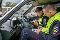 Omsk, Russie - 10 juillet 2015 : la police de la circulation pillent Photos stock