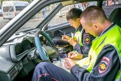Omsk, Russie - 10 juillet 2015 : la police de la circulation pillent Photo libre de droits