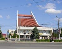 OMSK, RUSSIE - 12 JUIN 2015 : bâtiment de plan rapproché de théâtre de musique image stock