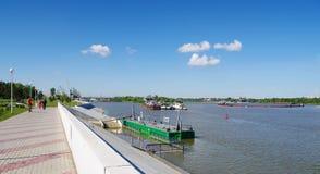 OMSK, RUSSIE - 28 juin 2010 : Pilier et quai du fleuve Irtych Images stock