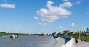 OMSK, RUSSIE - 28 juin 2010 : vue d'été du fleuve Irtych et de promenade Photographie stock libre de droits