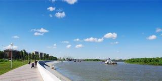 OMSK, RUSSIE - 28 juin 2010 : vue d'été du fleuve Irtych et de promenade Images stock