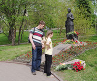 Omsk, Russie - 9 mai 2015 : les gens au monument au soldat Mother Photo libre de droits