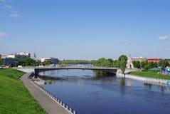 Omsk, Russie - 25 mai 2015 : Paysage urbain d'été avec la rivière de l'OM, le remblai et le pont de jubilé Photo libre de droits