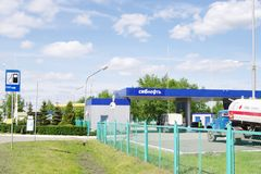 OMSK, RUSSIE - 22 MAI 2015 : Station service Images stock