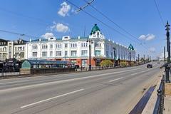 Omsk, Russie Rue moderne à l'arrière-plan d'un bâtiment construit au 19ème siècle Photos stock
