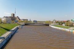 omsk Russie Une vue du remblai de rivière de l'OM et du pont rénové de jubilé Photos libres de droits