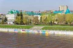 omsk Russie Une vue du remblai de rivière de l'OM Saison des hautes eaux Photos libres de droits