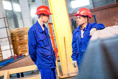 Omsk, Russland - 28. April 2011: Ziegelstein-Fabrik-Produktion Lizenzfreie Stockfotos