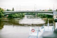 Omsk, Russland - 19. August 2013: Verkehr auf der Straße Lizenzfreie Stockfotografie