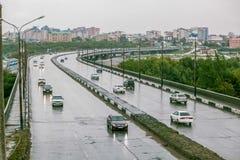 Omsk, Russland - 19. August 2013: Verkehr auf der Straße Lizenzfreie Stockfotos