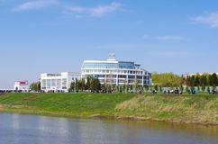 Omsk, Russland - 9. Mai 2012: Der Irtysch-Promenade, Ansichtgebäude des Sports, der Schule und Pool schwimmt Stockfotografie