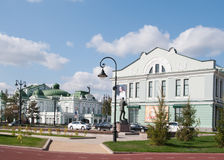 Omsk, Russland - 20. September 2016: Ansichten von Vrubel-Museum von schönen Künsten und von Dramatheater Lizenzfreies Stockbild