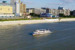 OMSK RYSSLAND - Augusti 16, 2009: Irtysh River med seglingskeppet längs invallning Arkivfoton