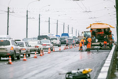 Omsk Ryssland - Augusti 19, 2013: trafik på vägen Royaltyfri Fotografi