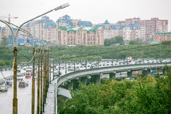Omsk Ryssland - Augusti 19, 2013: trafik på vägen Arkivbilder