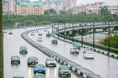 Omsk Ryssland - Augusti 19, 2013: trafik på vägen Royaltyfria Foton