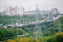 Omsk Ryssland - Augusti 19, 2013: trafik på vägen Fotografering för Bildbyråer