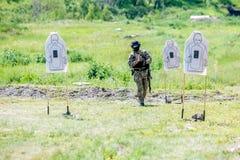 Omsk Ryssland - Juli 1, 2015: militär utbildning Arkivfoto