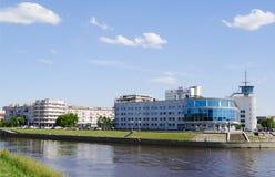 OMSK RYSSLAND - JUNI 12, 2015: flodOm-invallning, sikt av biobyggnad Arkivfoto