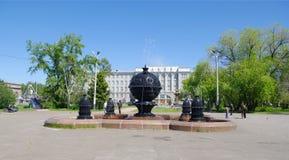 Omsk Ryssland - Juni 01, 2013: gammal springbrunn 'överflöd' i fyrkant Fotografering för Bildbyråer