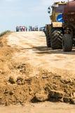 Omsk Ryssland - Juni 2: lastbildrev på vägkonstruktion Arkivbild