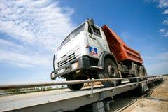 Omsk Ryssland - Juni 2: lastbildrev på vägkonstruktion Arkivfoto