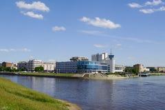OMSK RYSSLAND - JUNI 12, 2015: Pil av floder Om och Irtysh, sikt av invallningen Royaltyfri Bild