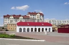 OMSK RYSSLAND - JUNI 12, 2015: Sikter av den historiska komplexa Omsk fästningen och modern byggnad Arkivfoto