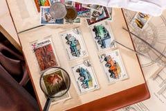 Omsk Ryssland - Maj 17, 2014: bok med portostämplar Arkivfoto