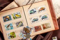 Omsk Ryssland - Maj 17, 2014: bok med portostämplar Royaltyfria Bilder