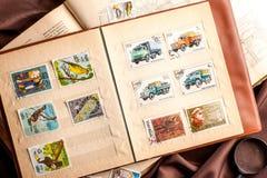 Omsk Ryssland - Maj 17, 2014: bok med portostämplar Royaltyfri Bild