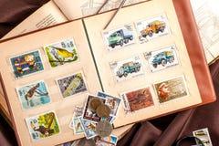 Omsk Ryssland - Maj 17, 2014: bok med portostämplar Fotografering för Bildbyråer