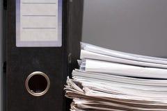 Omslag en pak documenten Stock Afbeeldingen