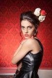 Omslag för modekvinnaeather i rött tappningrum Royaltyfria Foton