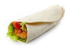 Omslag met gebraden kip en groenten stock afbeelding