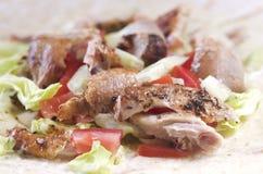 Omslag met gebraden kip en groenten Stock Fotografie