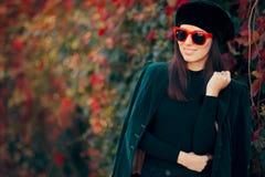 Omslag och basker för sammet för modeflicka bärande i höst arkivbilder