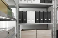 Omslagen en vakjes met documenten op planken stock afbeeldingen