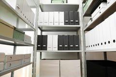 Omslagen en vakjes met documenten op planken royalty-vrije stock fotografie