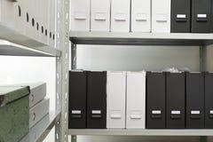 Omslagen met documenten op planken royalty-vrije stock fotografie