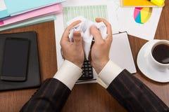 Omslagen met documenten, rapporten, elektronische apparaten, kop met koffie, over Desktop Stock Afbeelding
