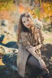 Omslaget för hösten för den sexiga fantastiska damflickan trutar det smidiga stilfulla iklädda med blonda hår och röda kanter med royaltyfri fotografi